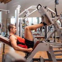 Fitnessstudio: Einrichtung mit Trainingsgeräten