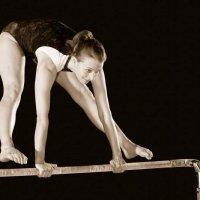 Turnen: Sportübungen und Bewegungsabläufe am Boden oder an Turngeräten